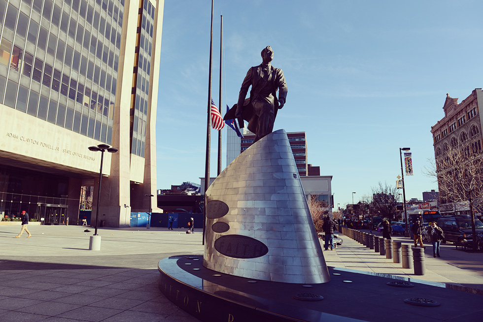 アダム・クレイトン・パウエル・ジュニアの銅像