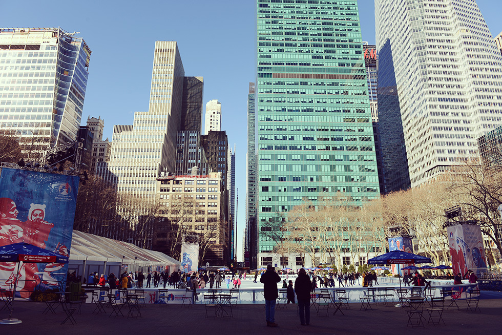 スケートリンクと高層ビル