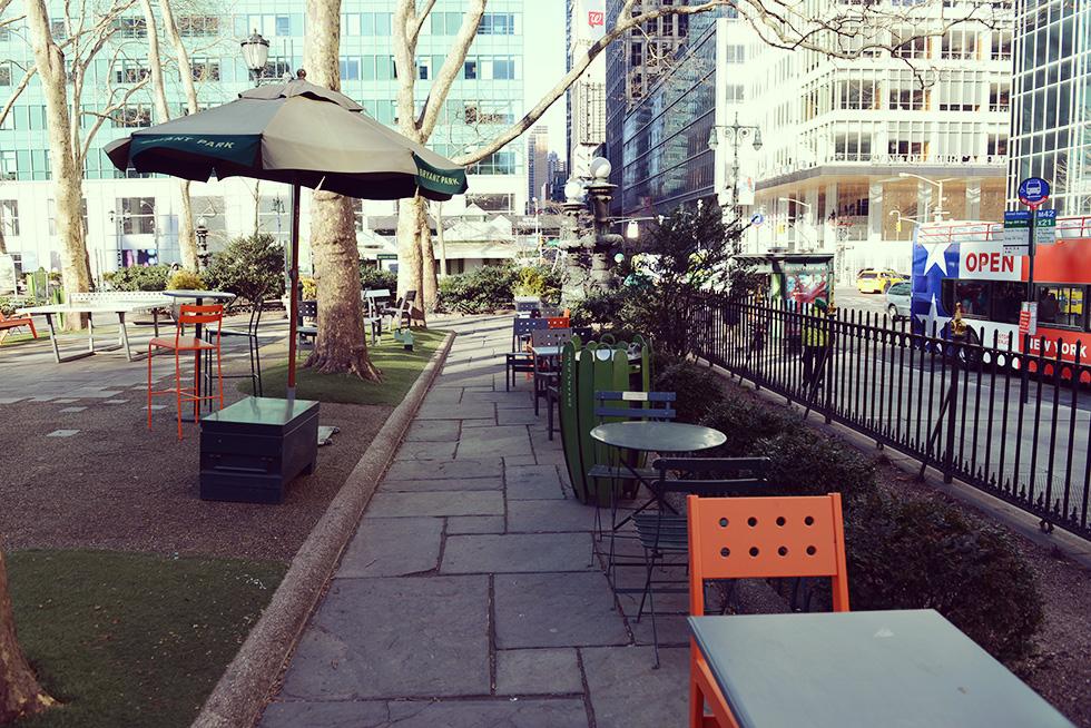 ベンチとテーブル