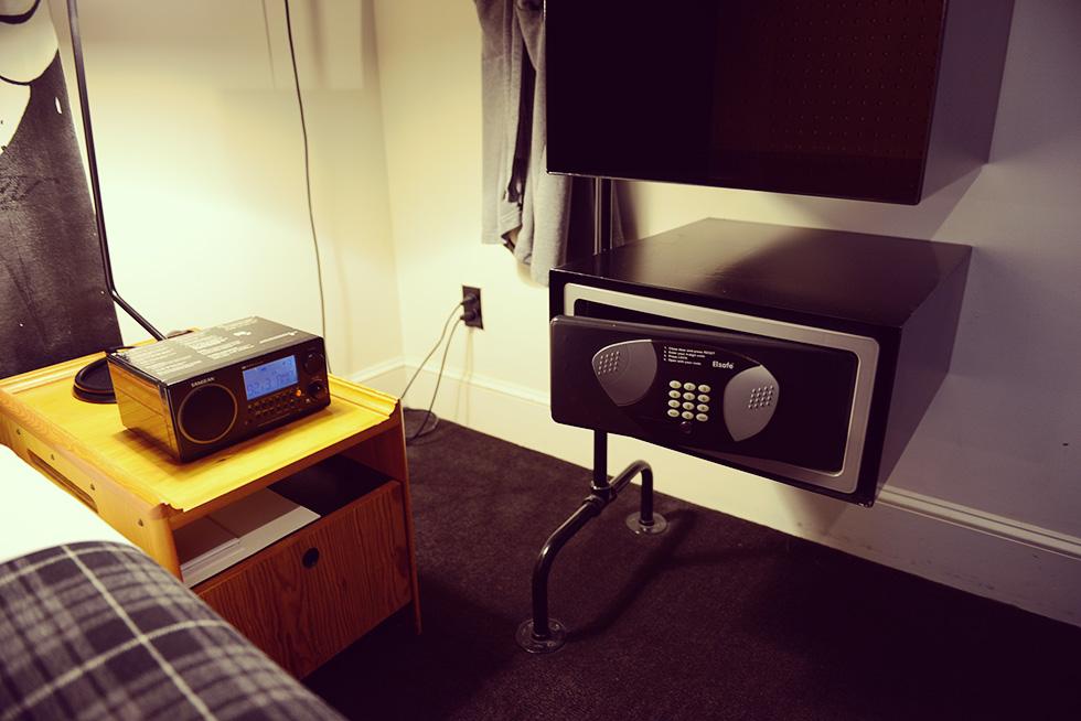 ラジオとセキュリティボックス