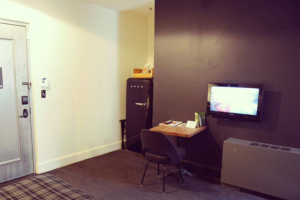 小さな机とテレビ、冷蔵庫