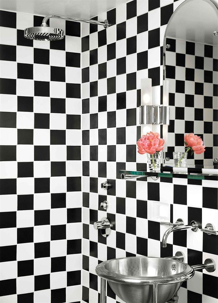 バスルームの白黒の市松模様