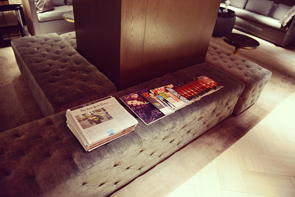 リビングルームの新聞と雑誌