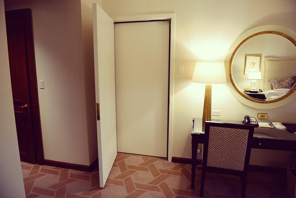 隣の部屋につながっているドア