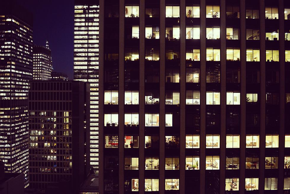 部屋から見えるオフィスビル