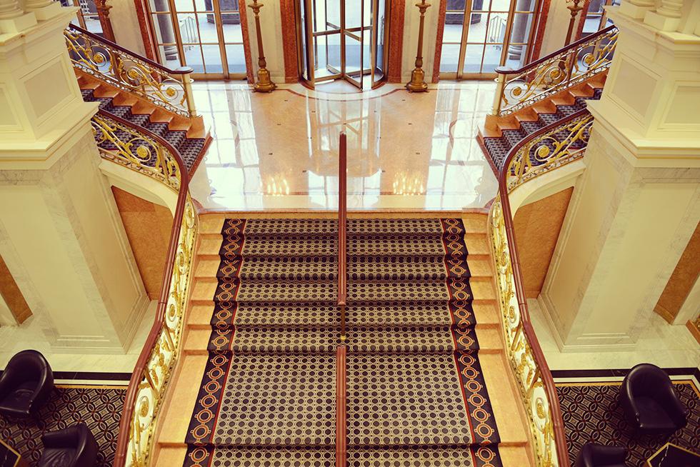 2階から眺める中庭への出入口