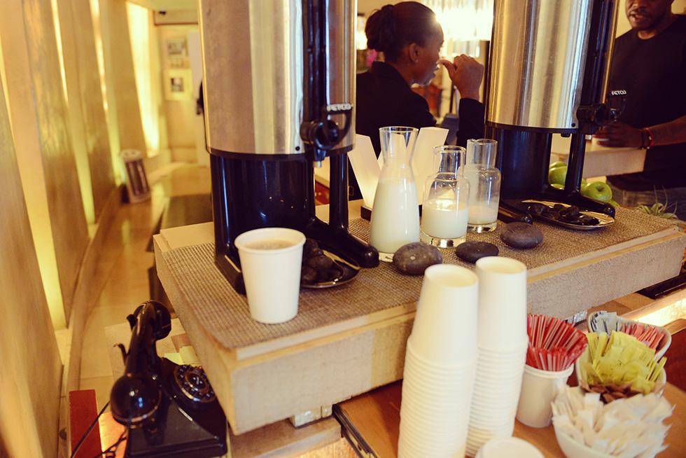 宿泊客が無料で飲めるコーヒーやミルク
