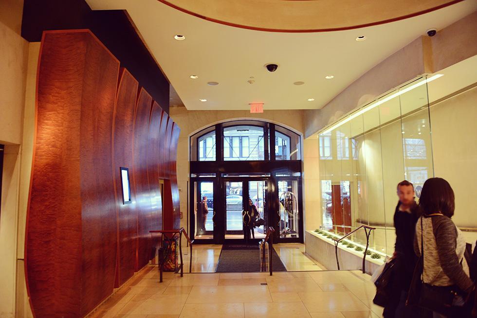 受付から見たホテルの出入口