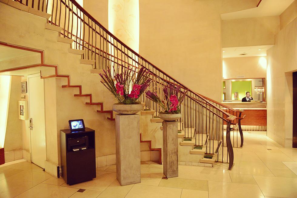 階段とコンシェルジュ