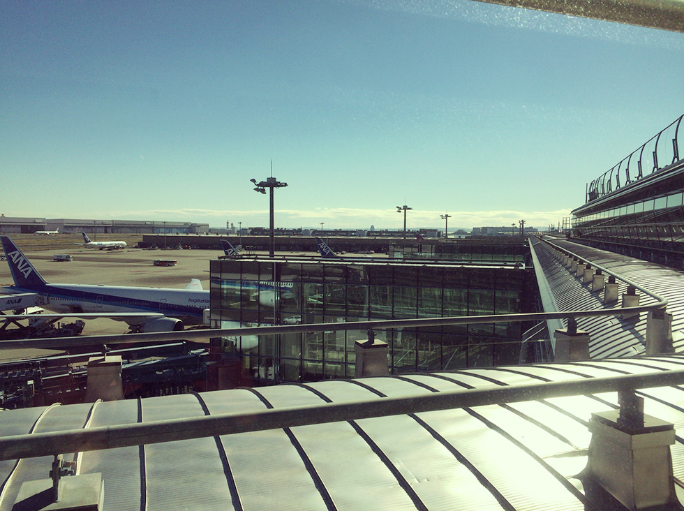 ラウンジの窓から見えるANAの飛行機