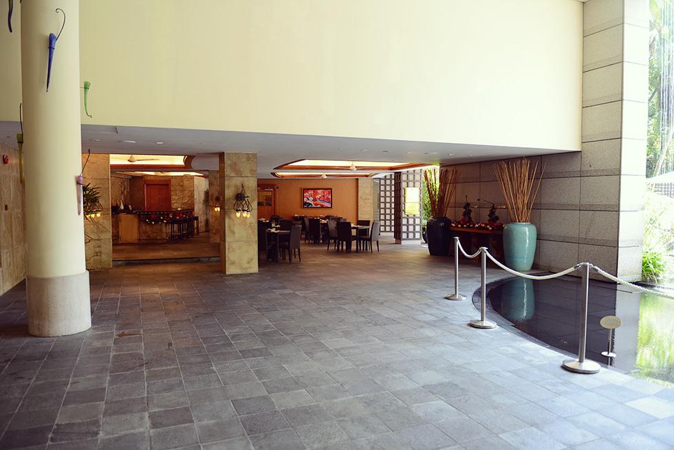 プールの隣のレストラン