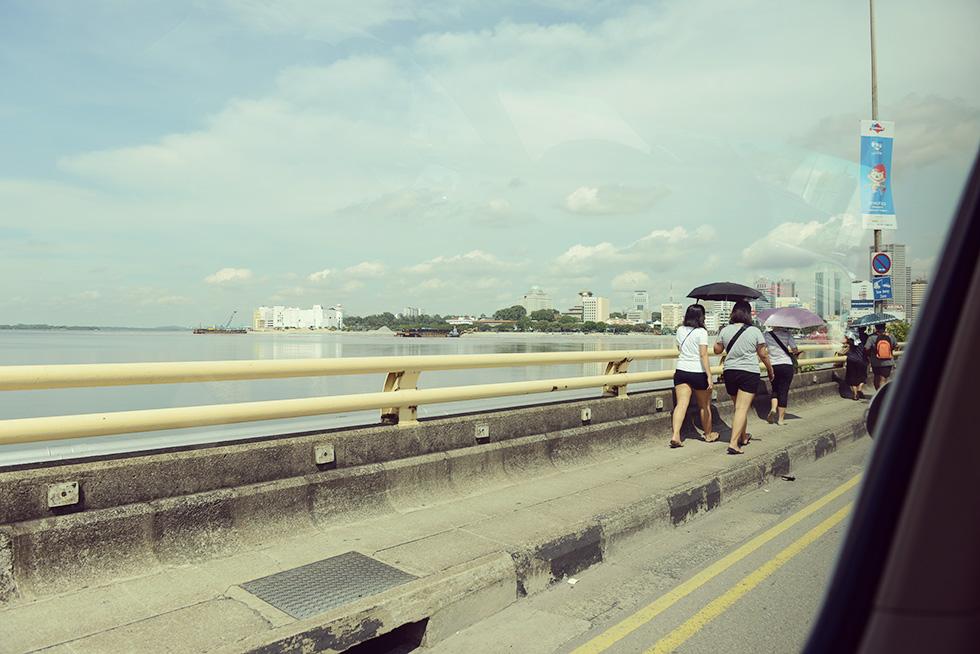 橋を歩いてジョホールバルに向かう人